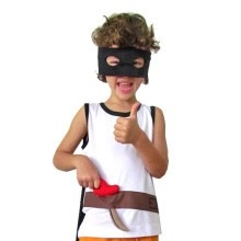 Regata de Zorro com espada, máscara e capa