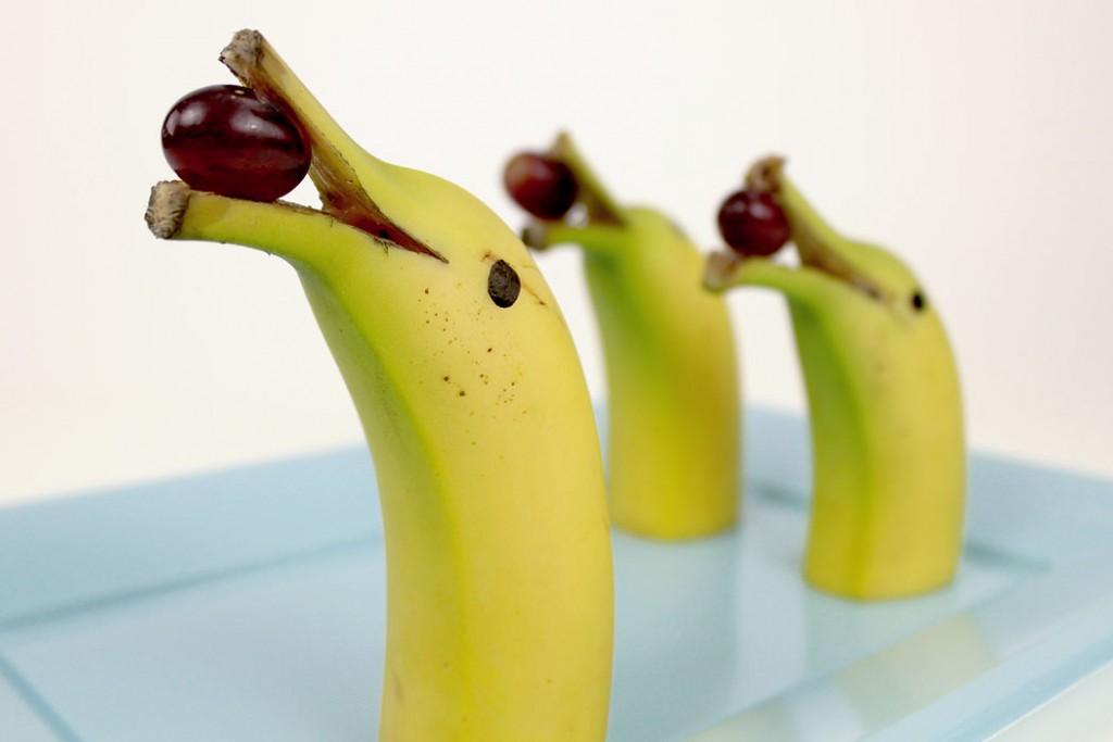 Banana em formato de golfinho com uva