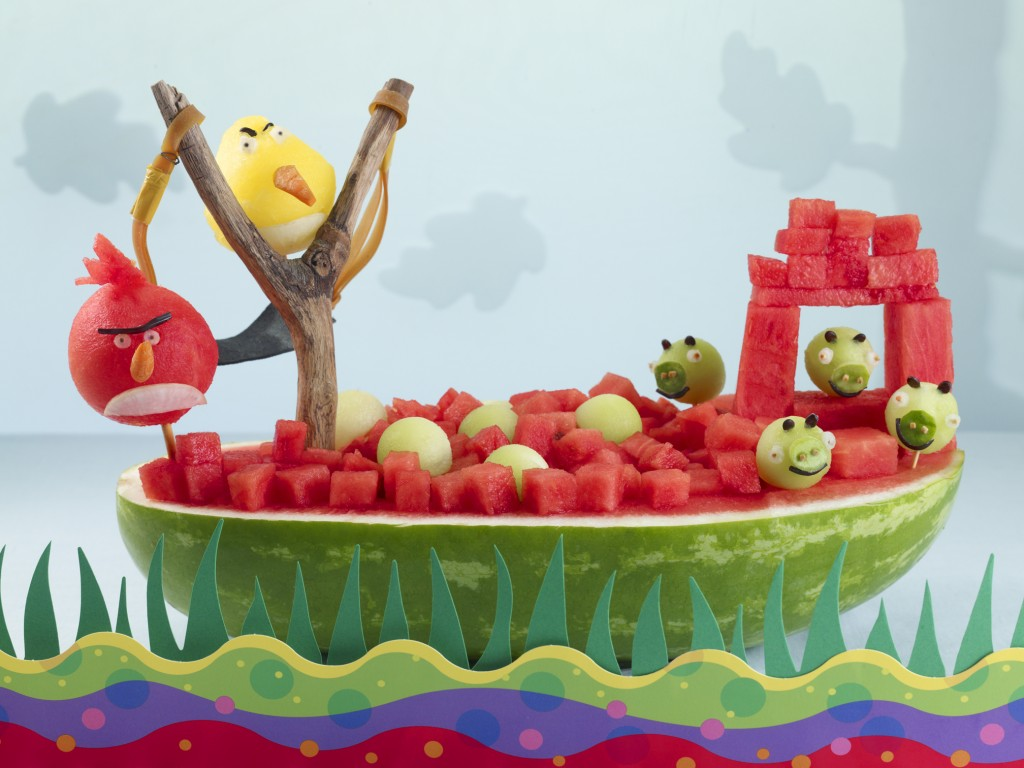 Cenário dos Angry Birds feito com melancia e pedaços de melão