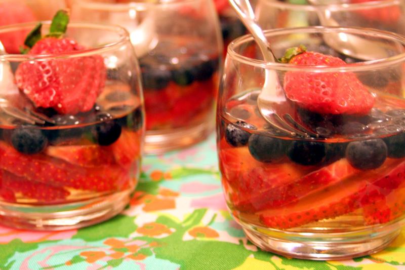 Gelatina incolor com frutas frescas