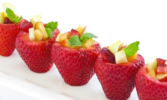 Morangos com mini salada de fruta