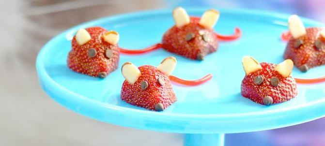 Ratinhos feitos de morango, amêndoas e chips de chocolate