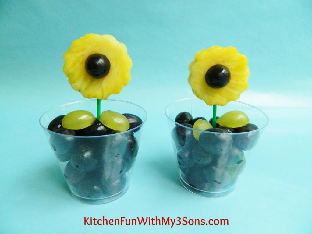 Vasinho de flor feito com uvas e abacaxi cortado em formato de flor