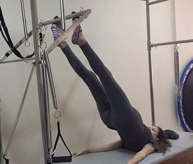 Tayná Vaz praticando Pilates aos 6 meses de gestação