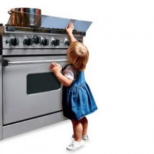 365095-Cuidado-com-a-segurança-das-crianças-na-cozinha-1-600x600