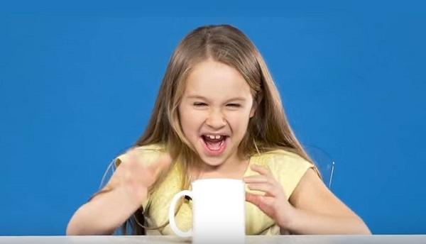 Foto de um experimento com crianças x café feito pelo Buzzfeed