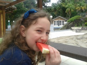 Manu adora frutas na sobremesa.
