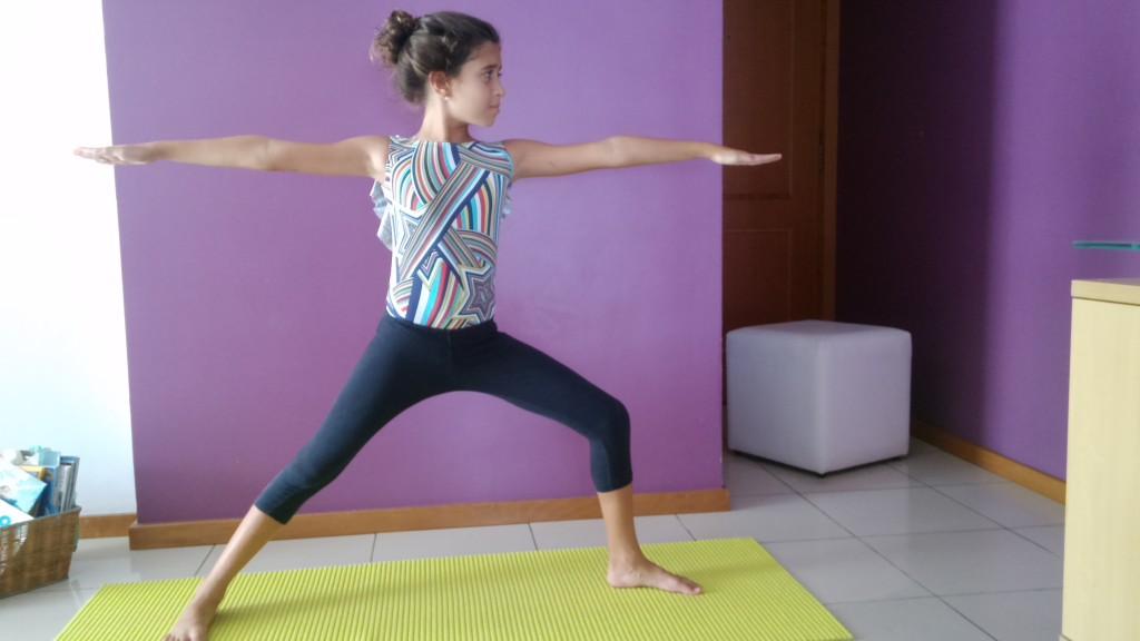 Larissa, hoje com 10 anos, pratica yoga desde os 7 anos.